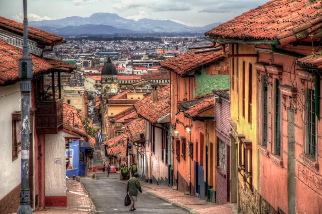 Rua íngreme em La Candelaria, bairro histórico e central de Bogotá