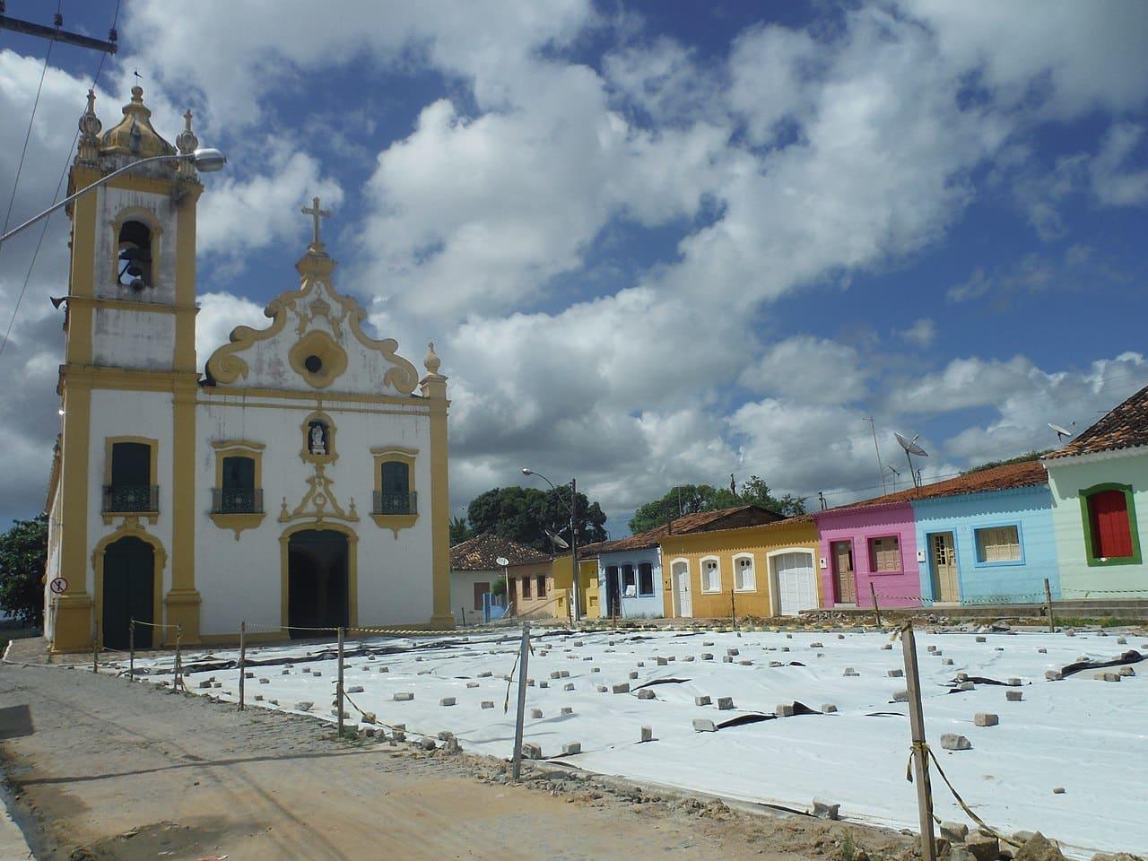 Igreja de Marechal Deodoro, no Alagoas, com casinhas coloridas na rua ao lado