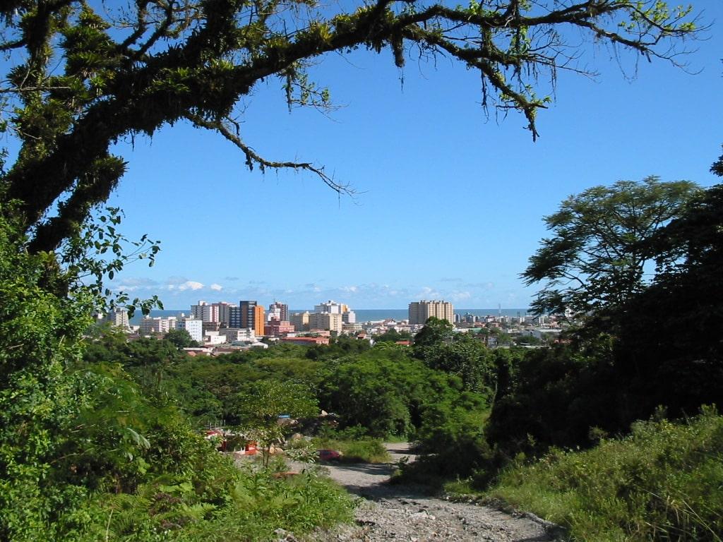 Vista da cidade de Mongaguá e mar ao fundo