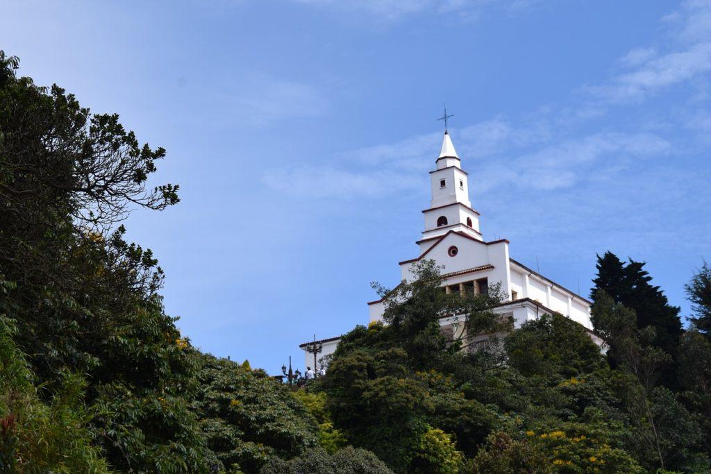Vegetação e torre de igreja no Morro de Monserrate, em Bogotá