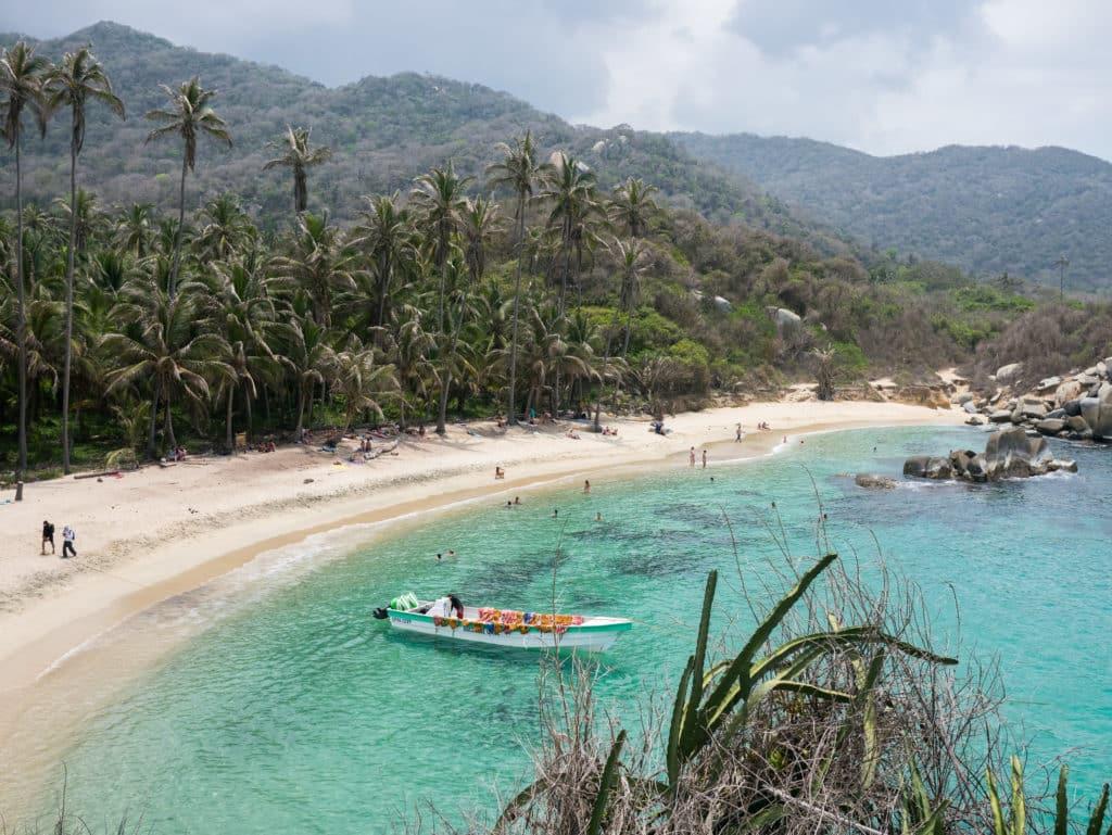 Praia com mar paradisíaco no Parque Nacional Natural de Tayrona