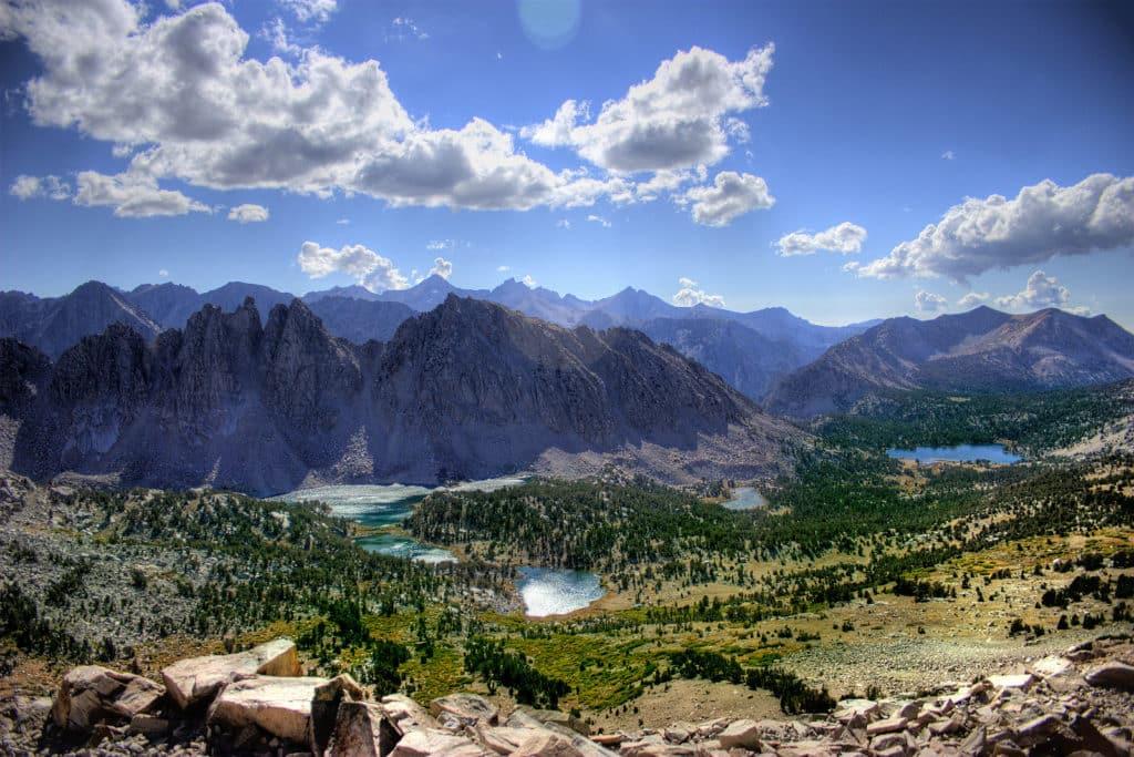 Paisagem com cadeia de montanhas, lagos e árvores coníferas do Parque Nacional de Sierra Nevada, na Colômbia