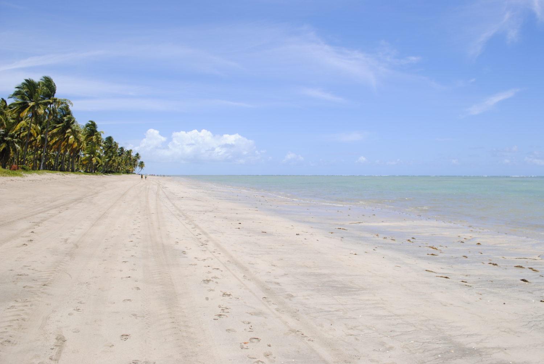 Faixa de areia extensa na Praia do Patacho, em Porto de Pedras