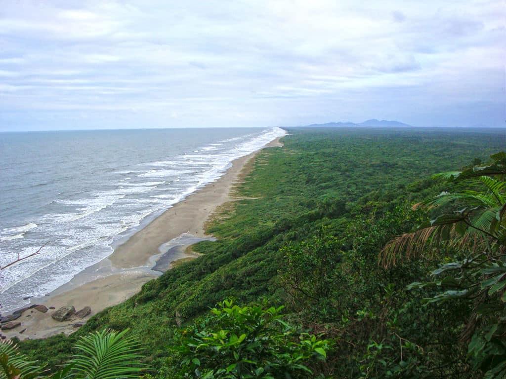 Vista da Praia da Juréia, uma das mais rústicas e desertas da região