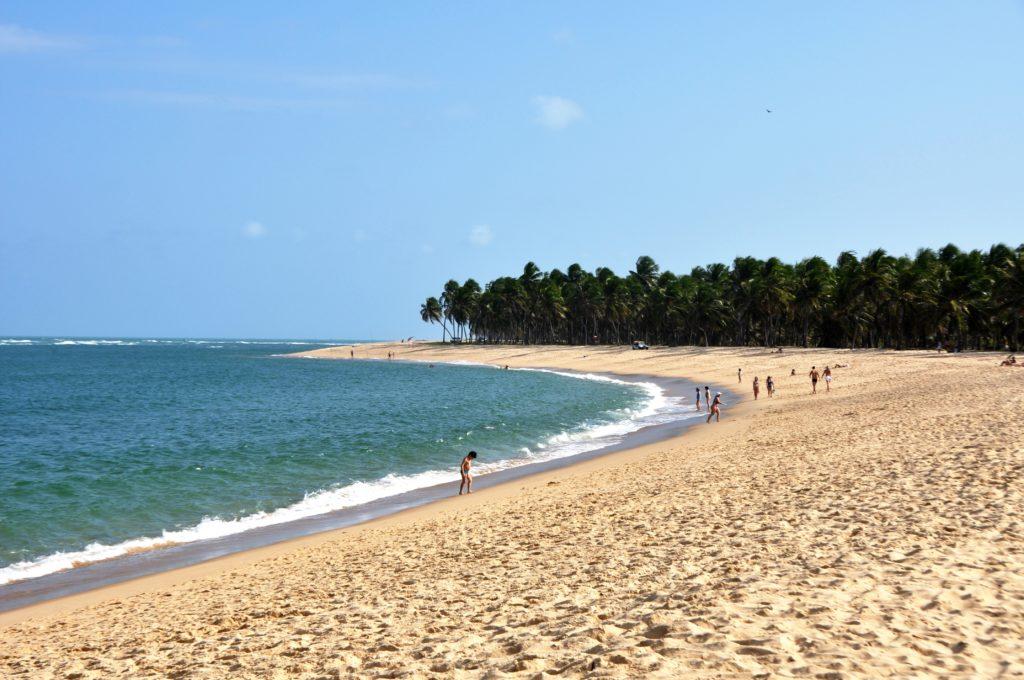Orla da Praia do Gunga, mais vazia mas com maré mais cheia