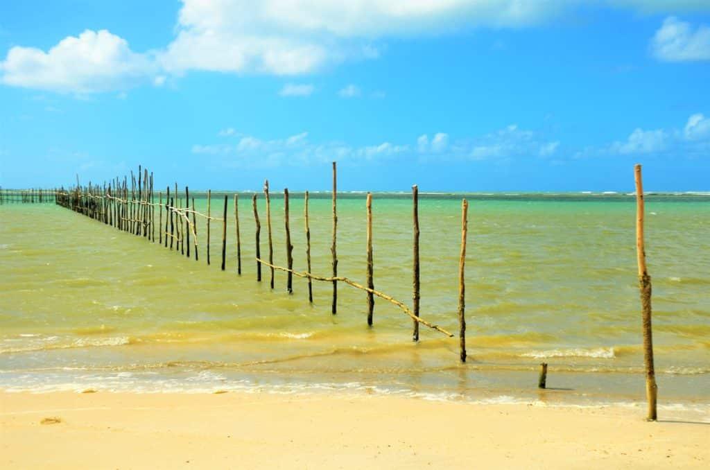 Cor esverdeada de água do mar na Praia do Toque