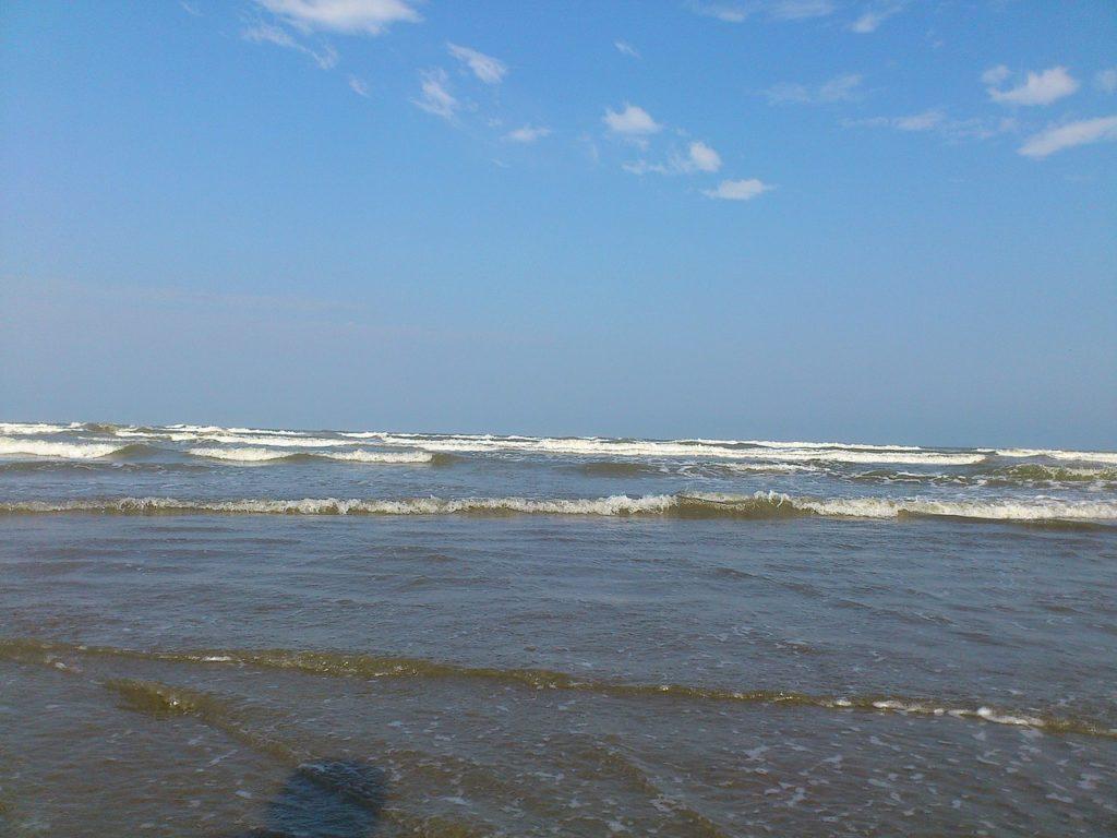 Ondas curtas em sequência em praia de Praia Grande