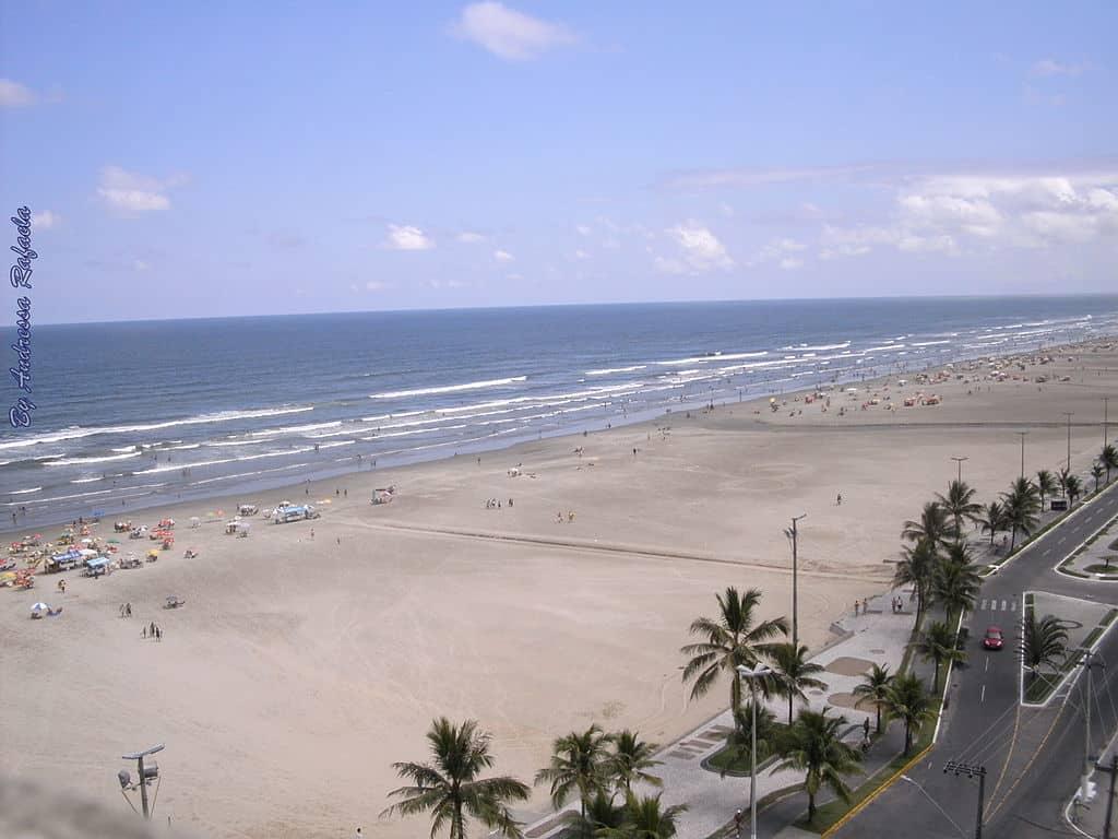 Vista da extensa faixa de areia de praia em Praia Grande SP