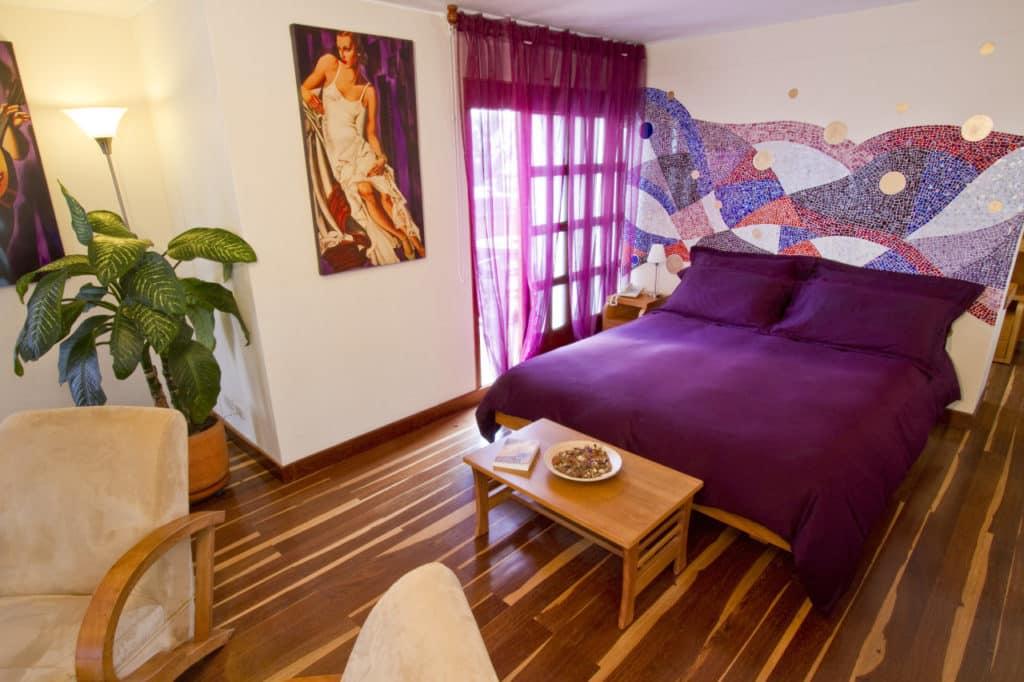 Quarto com cama ampla e decoração harmoniosa no Hotel Casa Deco