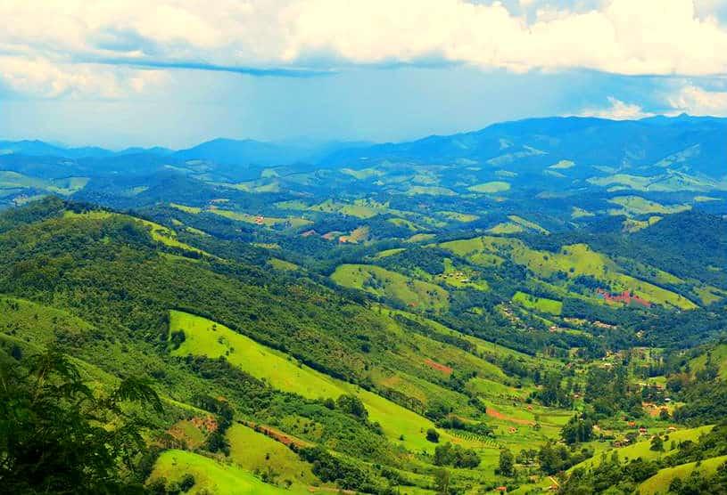 Vista da natureza nos vales próximos do Pico Agudo, uma das atrações da cidade