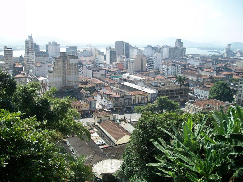 Vegetação e prédios antigos na cidade de Santos