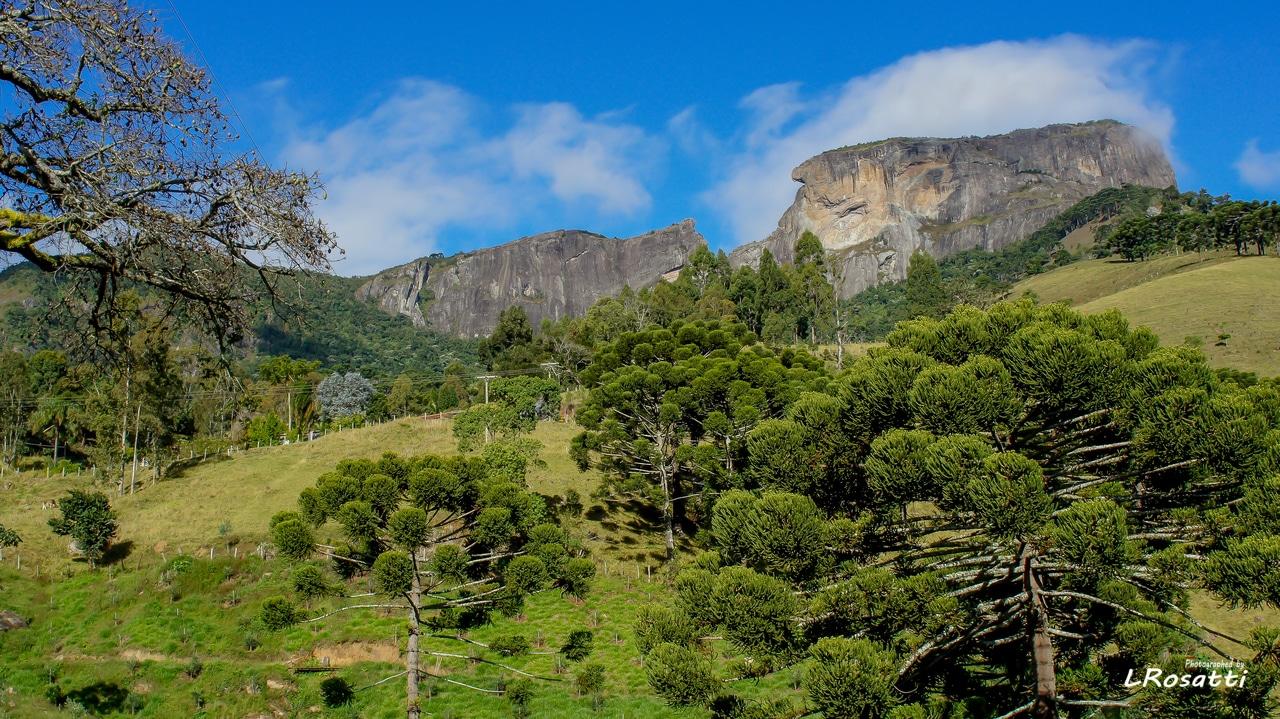 Foto do complexo da Pedra do Baú com vegetação em volta, em São Bento do Sapucaí