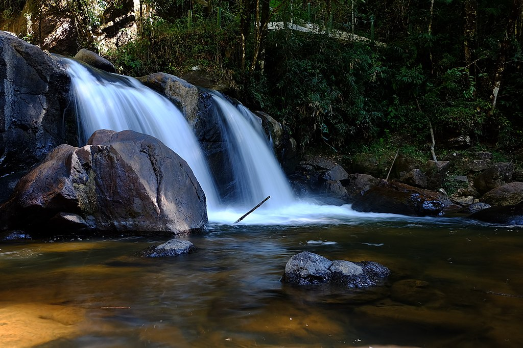 Foto em alta exposição da cachoeira Pedro David em São Francisco Xavier