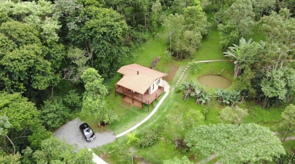 Área em torno do Chalé Alecrim, com lago e árvores
