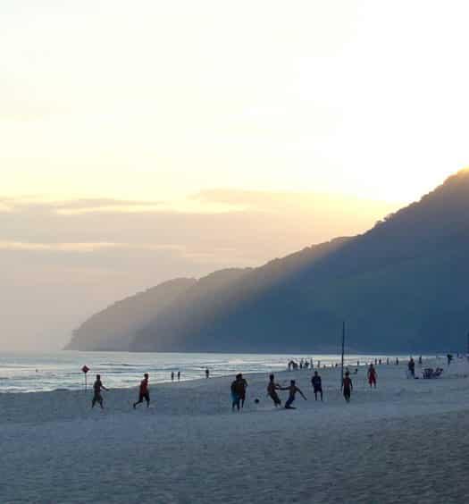 Faixa de areia quase vazia em Maresias, São Sebastião