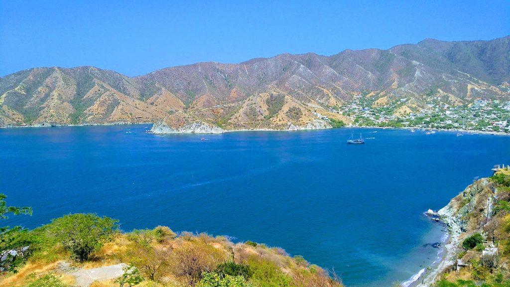 Mar de cor azul intensa em Santa Marta, na Colômbia, em praia chamada Tanganga