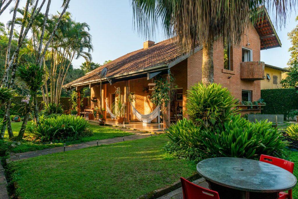 Área de jardim do Tiê Cama e Café