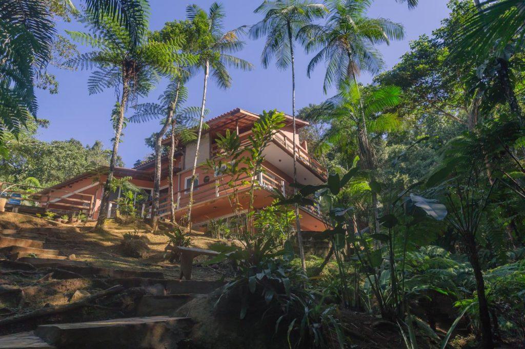 Casa Canto do Rio na Praia do Félix, com vegetação em volta