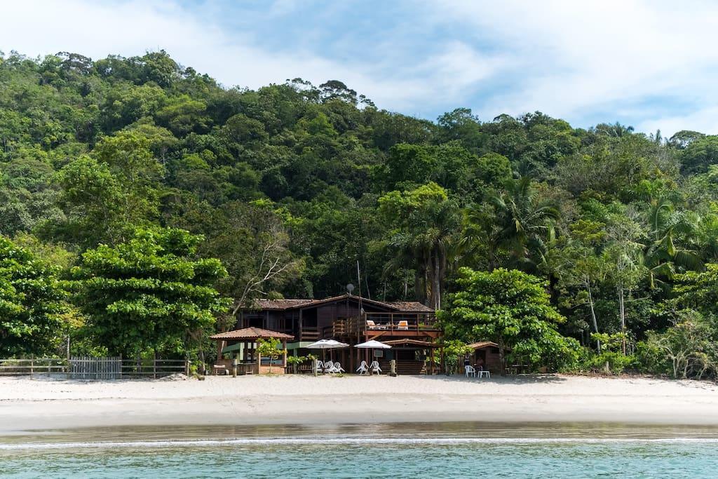Praia de Ubatumirim, em Ubatuba, com a Casa da Justa, uma das opções entre as pousadas