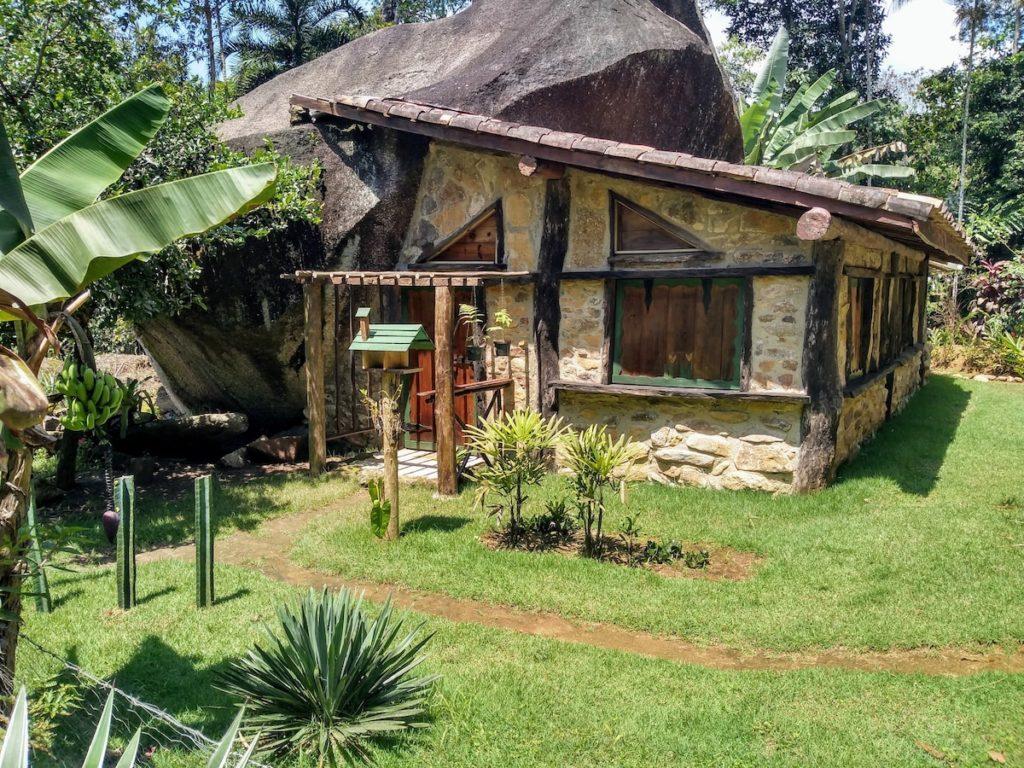 Casa na montanha em Ubatuba, construída ao lado da Pedra da Cruz