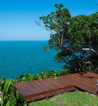 Mar e deck da Casa no Felix, opção de Airbnb em meio às pousadas na Praia do Félix