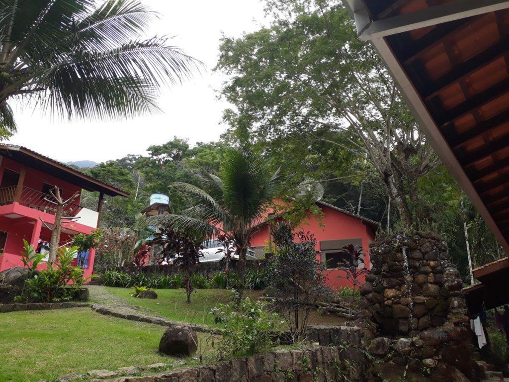 Espaço ao ar livre na propriedade dos Chalés carioca, em Prumirim