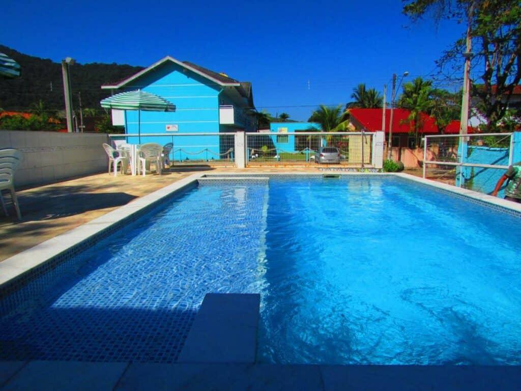 Ampla piscina nos Chalés Céu e Mar Ubatuba