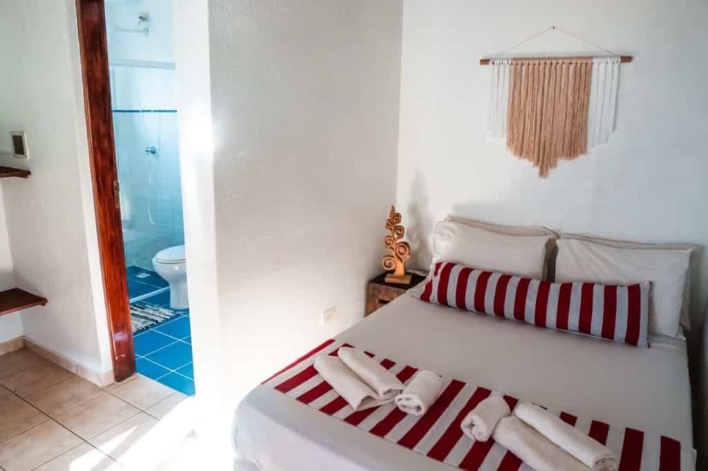 Quarto com cama de casal na pousada Itamambuca Casa de Praia