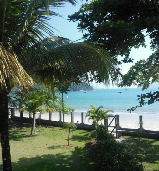 Vista do quintal de um Airbnb na Praia do Lázaro pé na areia