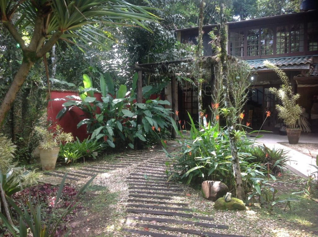 entrada de airbnb na praia da jureia com natureza exuberante em area de reserva