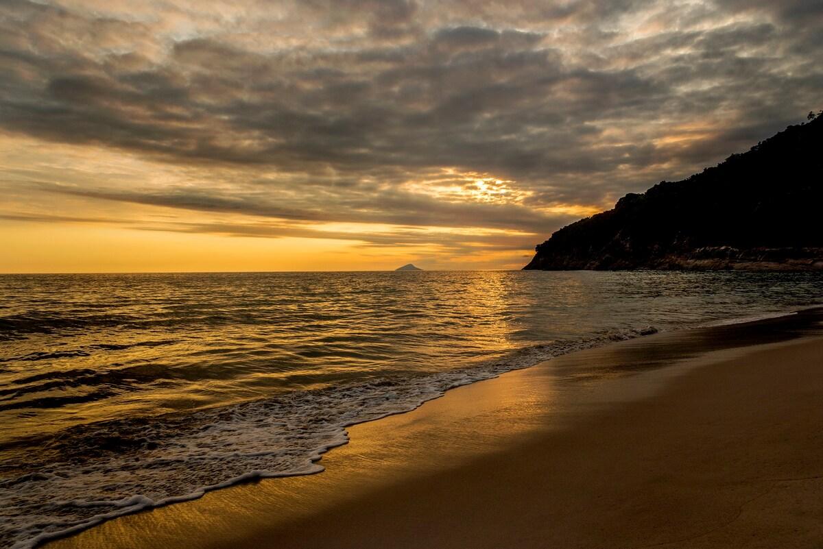 pôr do sol na praia de santiago em são sebastião