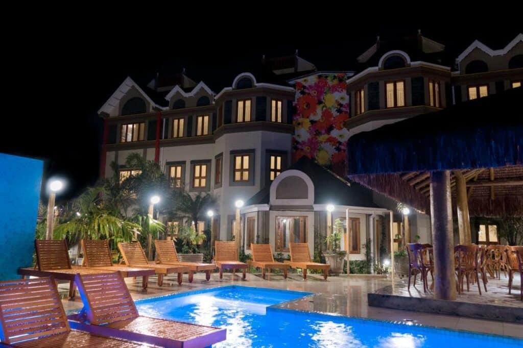 A pousada Castello MonteMare com piscina iluminada à noite