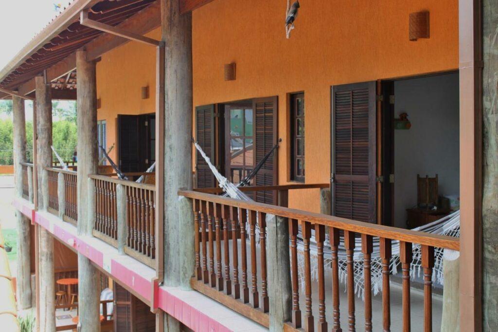 Sacadas com redes em frente aos quartos da Pousada Chalés Madu