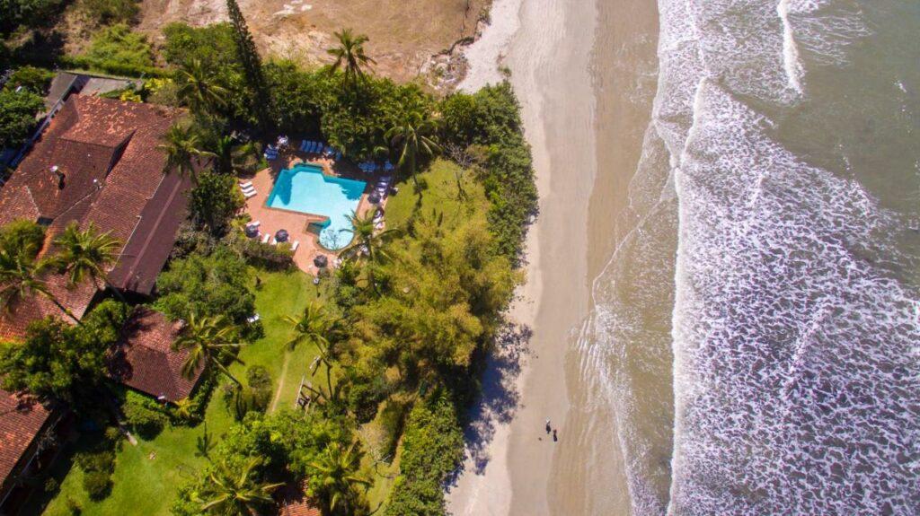 A Pousada Maranduba vista de cima, ao lado do mar