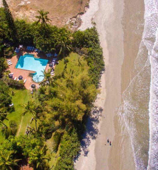 Vista aérea da Pousada Maranduba, com amplo jardim e localização beira-mar