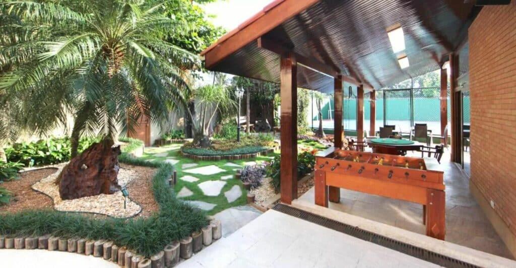 Jardim e mesa de jogo da Pousada NAAN Lázaro Ubatuba