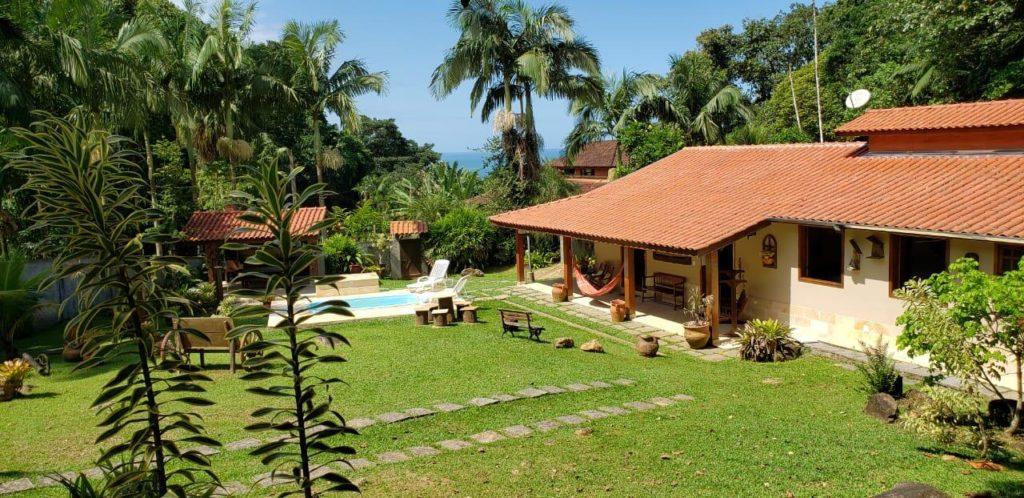 Amplo quintal com piscina e vista para o mar na Casa Praia do Felix