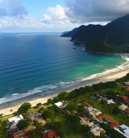 vista aerea da praia de guaeca em são sebastião