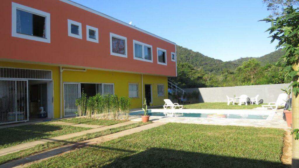 Quintal no Pura Vida Surf Camp, com piscina e gramado