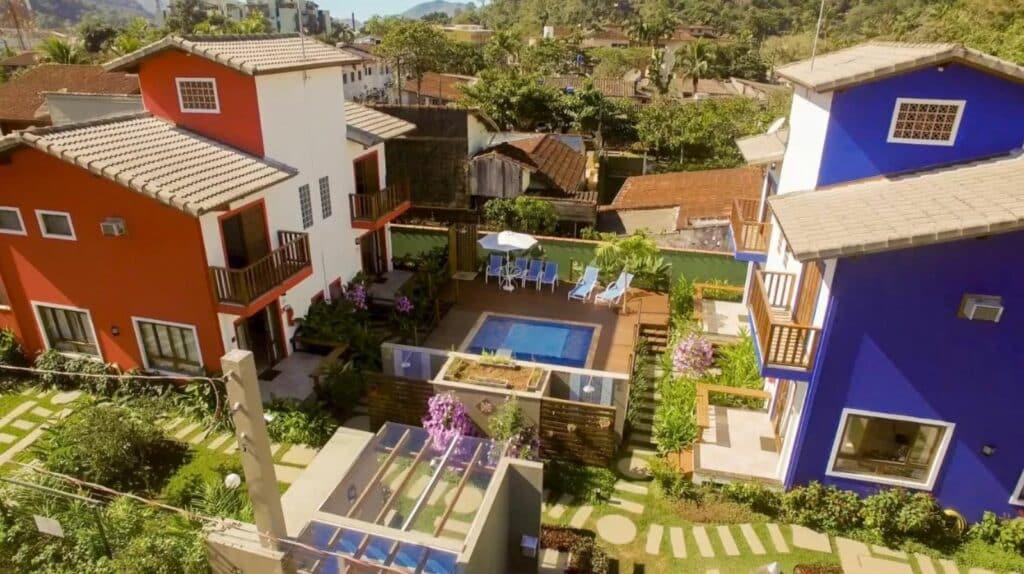 Sobrados na Vila dos Manacás, com piscina no centro