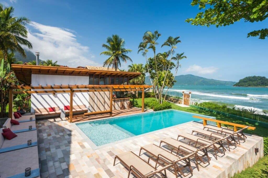 A piscina em frente à praia no Villa Sapê Pousada