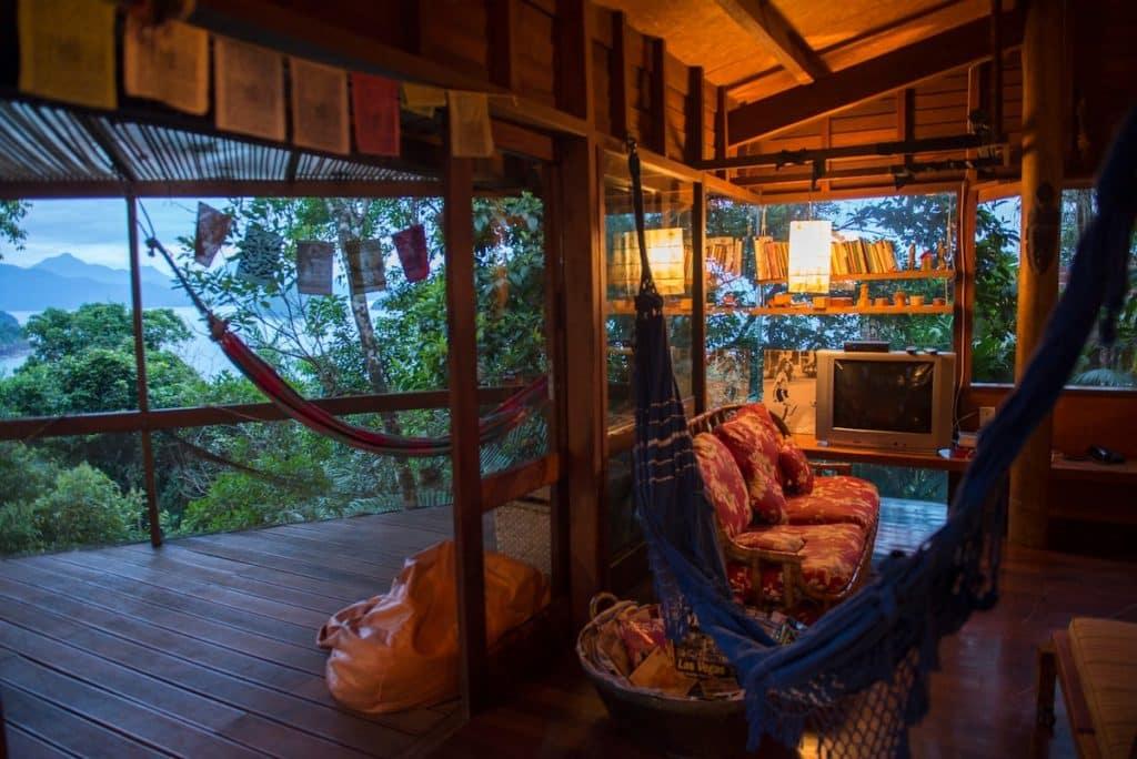 Varanda com rede e vista para o mar em casa do Airbnb na Praia do Felix