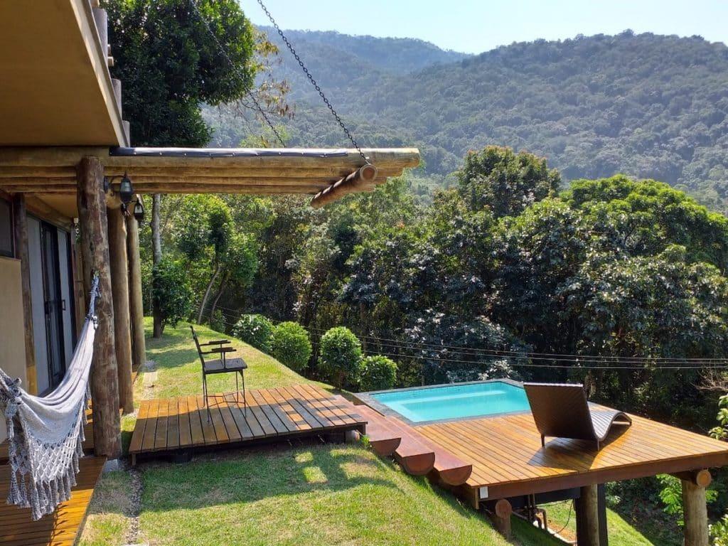 Piscina, rede e vista para a mata no Ypê House - Félix Jungle House View
