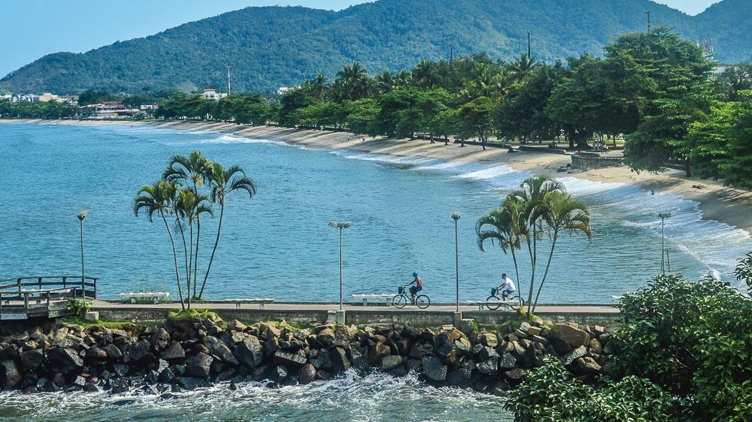 Foto da praia do Cruzeiro, ou Iperoig, no centro de Ubatuba