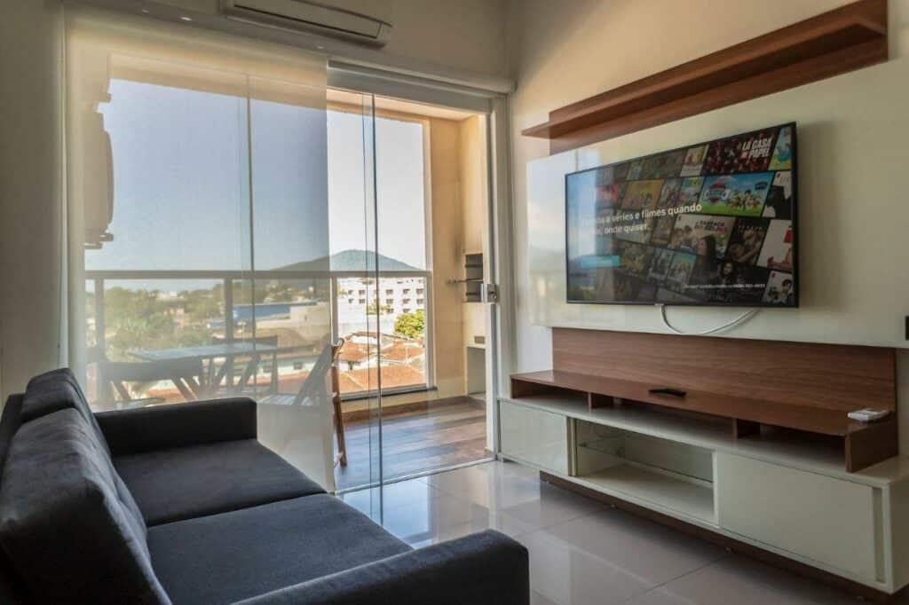 Sala de apartamento no centro de Ubatuba, uma alternativa às pousadas