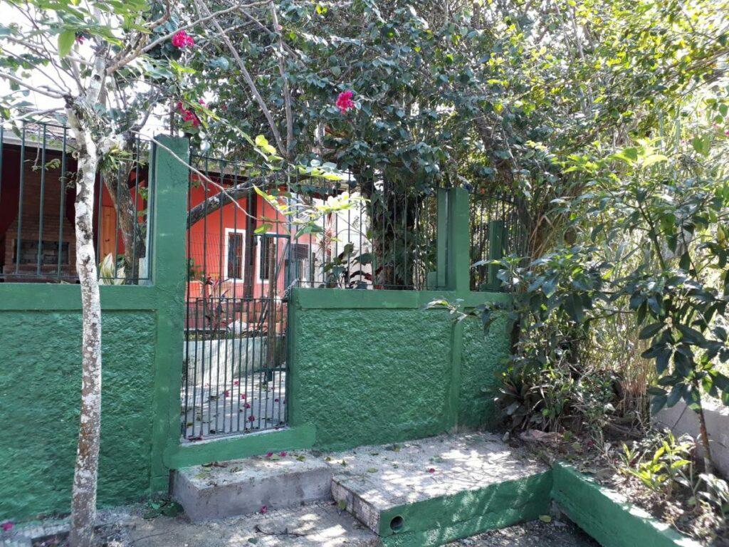 Casa com vista para o rio como uma das alternativas às pousadas em Ubatuba no centro