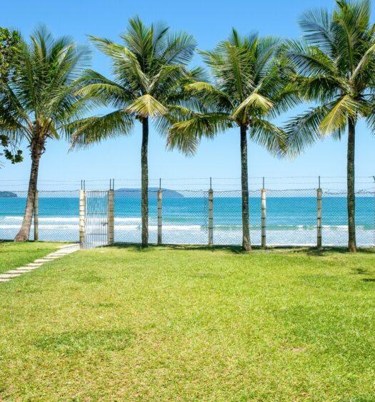 Vista do quintal do Airbnb Casa Pé na Areia Ubatuba, na Praia do Sapê