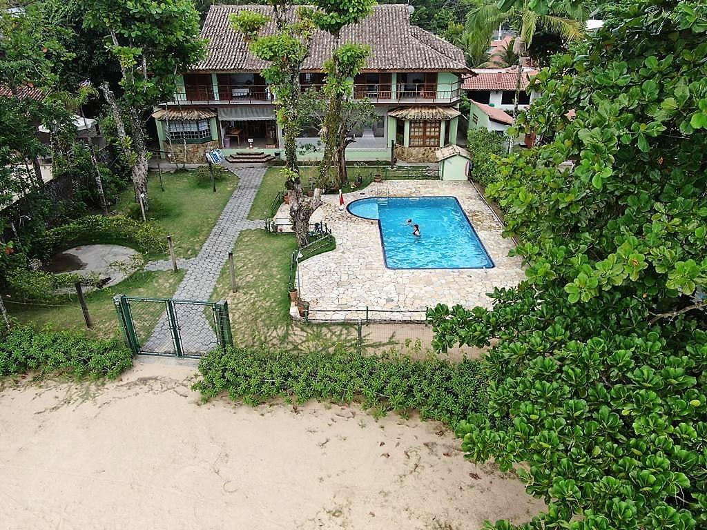 Piscina com portão do quintal que dá direto na areia da praia do Pereque Mirim no Casarão Villa al Mare