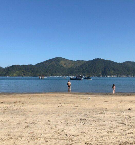 Mar da Praia do Pereque Mirim, pertinho de Airbnbs disponíveis para reservar