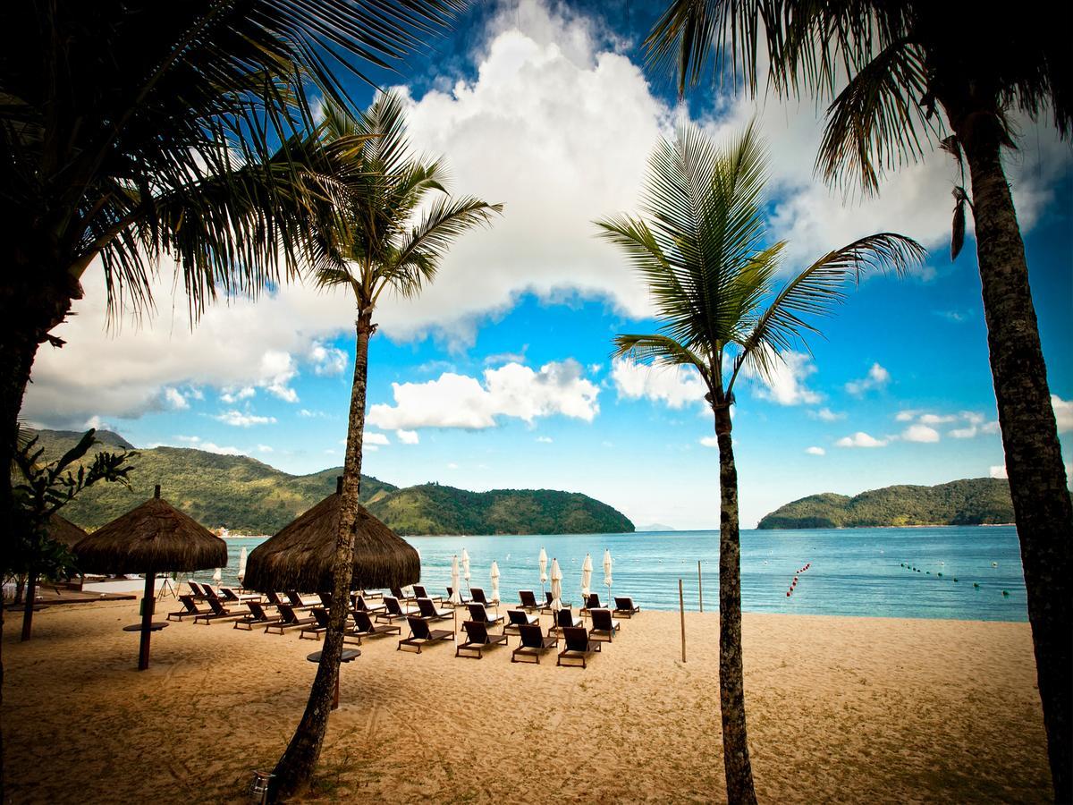 Praia de Tabatinga, com espreguiçadeiras do Costa Verde Tabatinga Hotel, uma das alternativas às pousadas da praia